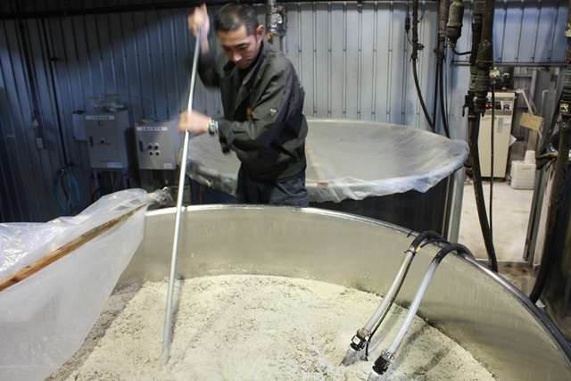 melange des cuves de fermentation du riz - stiring rice fermentation tanks