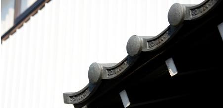détails de tuiles sur le toit d'une brasserie de saké japonais