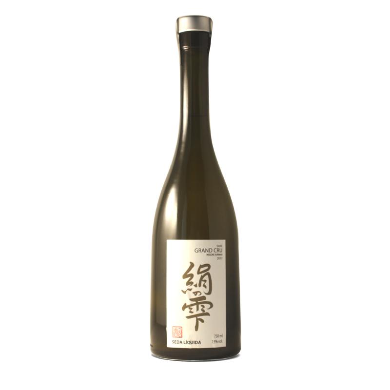 Bouteille de saké japonais grand cru produit dans les pyrénées