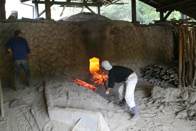 producteur de charbons actif binchotan au travail - producer of binchotan charcoal at work