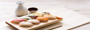 carafe de saké japonais et sushi - Association nourriture et saké japonais