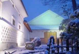 Exterior view of Amabuki brewery in the snow