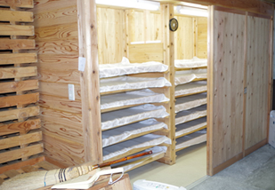 Intérieur de la brasserie de saké Shuho Shuzojo